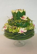 A cake made out of foliage and flowers - beautiful! Deco Floral, Art Floral, Floral Cake, Floral Design, Fresh Flowers, Beautiful Flowers, Corona Floral, Woodland Cake, Flower Boxes