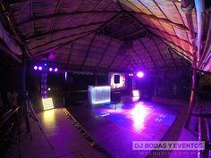 BODAS: La iluminación perfecta para tu boda, combinada con una pista de madera, pantalla para proyeccion de videos musicales en tiempo real.