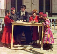 1905年から1915年頃、ウズベキスタン、サマルカンドのユダヤ人の子供と教師の写真。ロシア人の写真家セルゲイ・ミハイロヴィチ・プロクジン=ゴルスキーによって撮影された初期のカラー写真。