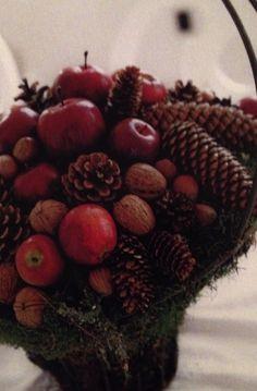 Rustik decoration / buket af kogler, æbler og andet fra naturen. Her sat i en kurv og brugt som 'centerpiece'. Credit til Bo Bedre '05