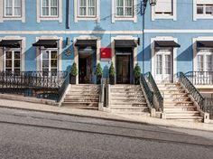 L'entrée principale de l'hôtel vue depuis la rue