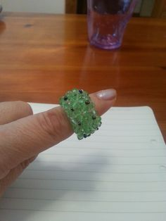 Anello rettangolare cristalli verdi e rocailles nere