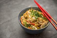 Nem kell többé a büfébe menned, ha a kedvenc kínai tésztádra vágysz, egyszerűen elkészítheted otthon is! Wok, Japchae, Thai Red Curry, Poultry, Food And Drink, Chinese, Pasta, Healthy Recipes, Chicken