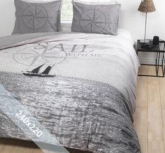 Essara dekbedovertrek 'Sail Away'. Een lits-jumeaux (240x220 cm) dekbedovertrek van 100% zacht katoen met daarop een afbeelding van een zeilschip die de oceaan over vaart. Daarnaast een kompas en de tekst 'Sail with me'.