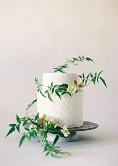 White Wedding Cakes Organic and Simple Wedding Cake Inspiration Wedding Cakes With Flowers, Elegant Wedding Cakes, Beautiful Wedding Cakes, Cake Flowers, Real Flowers, Autumn Flowers, Pink Flowers, Botanical Wedding, Floral Wedding