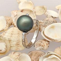 """Jediný druh perly s prírodne tmavou farbou – tahitskú perlu – prezentujeme v nadčasovom prsteni Reina. Pinctada margaritifera je typ perlorodky, v ktorej sa tahitská perla tvorí. Charakteristická je najmä svojím nádherným kovovým leskom a farbou, aj preto je tento druh perly mimoriadne obľúbený. Pokiaľ ste """"perloholička"""", oceníte veľkosť perly našej Reiny: 9,5 – 10 mm je ideálna proporcia spĺňajúca účel vyniknutia prírodného drahého kameňa a zároveň maximálne komfortného nosenia šperku. Tahitian Pearls, Statement Rings, Diamond, Diamonds"""