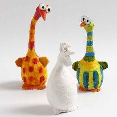 Figuerne er lavet af styroporemner, bonzaitråd og pulp. Efter endt tørring malet med A-color glas maling.