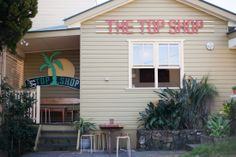 The Top Shop is an awesome cafe popular with Byron Bay locals and visitors to town which has good coffee, healthy breakfast choices and delicious burgers. Byron Bay Restaurants, Cafe Local, Byron Bay Beach, Melbourne Cafe, The Byron, Cozy Cafe, Conceptual Design, Holiday Destinations, Australia Travel