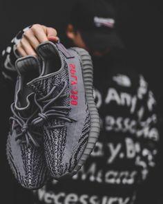 Después de la Yebra os proponemos una guía para hacerse con las adidas Yeezy Boost 350 V2 Beluga 2.0 que se lanzarán el sábado 25 de noviembre. Más información en Dailyzapas.es : @tekinuenlue Best Sneakers, Sneakers Fashion, Shoes Sneakers, Addidas Sneakers, Streetwear, Men With Street Style, Fresh Shoes, Hype Shoes, Yeezy Shoes
