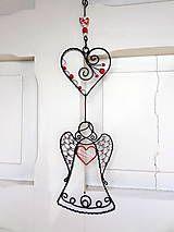 Anjelik je zhotovený z oceľového a hliníkového drôtu . Pri kúpe napíšte prosím do poznámky, s akým srdiečkom anjelika chcete! Cena je za 1 anjelika...
