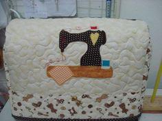 Capa para máquina de costura em patchwork, com aplicação de uma máquina. Tecido 100% algodão. Toda quiltada livremente. R$ 60,00