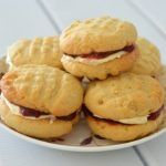 I can& believe it has taken me so long to make my own homemade Monte Carlo Biscuits! I& a sucker for a cream filled biscuit, but have always Shortbread Biscuits, Cream Biscuits, Biscuit Cookies, Biscuit Recipe, Baking Biscuits, Baking Recipes, Snack Recipes, Snacks, Scone Recipes