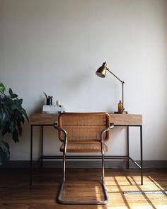 Un bureau tout en simplicité avec mobilier en bois et chaise en cannage