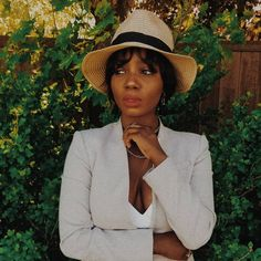 Lolaaslooks | Black girl photoshoot infront of green bush. Wearing beige blazer and straw hat with red lipstick. Follow @_lolaaslooks for more!