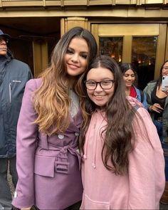 Selena Gomez with a Fan in New York [October con una Fan en Nueva York [Octubre Estilo Selena Gomez, Selena Gomez With Fans, Selena Gomez Outfits, New York October, October 29, Barney & Friends, Alex Russo, Army Wives, Marie Gomez