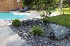 Massif minéral en ardoise abords terrasse bois et pierre dans Jardins et piscines . Idée décoration de jardins Modernes sur Domozoom.