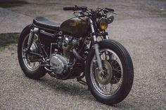 Philippe Lagente atas moge klasik Yamaha XS650. Ia memodifikasi motor tersebut dengan gaya khas retro, namun terlihat rapi dan bersih. Berikut detail foto maha karya seni roda dua tersebut