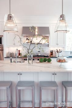 White kitchen is never a wrong idea. The elegance of white kitchens can always provide . Elegant White Kitchen Design Ideas for Modern Home Kitchen Interior, Kitchen Inspirations, Dream Kitchen, House Interior, Kitchen Dining Room, Home Kitchens, Kitchen Cabinet Colors, Kitchen Style, Kitchen Renovation