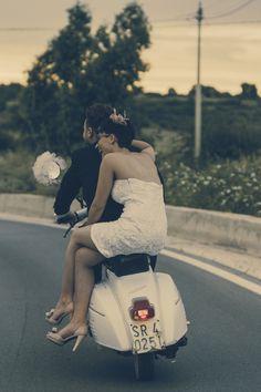Foto e video per matrimoni in Toscana: WeddingMovie Unconventional wedding Vespa Bike, Piaggio Vespa, Lambretta Scooter, Vespa Scooters, Vespa Illustration, Scooter Custom, Boy Photo Shoot, Motor Scooters, Apex Scooters