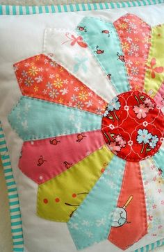 Like a Sunflower : Hand quilted Dresden Plate using Butterfly Dance - I need to make a Dresden plate pillow! Dresden Plate Patterns, Dresden Plate Quilts, Quilt Patterns, Diy Sewing Projects, Quilting Projects, Modern Quilting Designs, Sunflower Quilts, Civil War Quilts, Patchwork Cushion