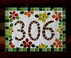 Que tal recepcionar suas visitas com um simpático número em mosaico na porta do seu apartamento? Esta placa tem base em mdf, com pastilhas de vidro. Pode ser feita em outras cores, outros motivos e outros tamanhos. Tamanho: 15cm de largura x 20 cm de comprimento. Mosaic Art Projects, Mandala Tattoo Design, Mosaic Patterns, House Numbers, Letters And Numbers, Decoration, Mosaic Tiles, Rustic Decor, Floral