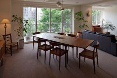 窓に映える緑を眺めながら家族との対話を楽しむ、アンティーク家具の似合うヴィンテージマンションリフォーム Purple Carpet, Dining Room, Dining Table, Outdoor Furniture, Outdoor Decor, House Design, Condo, Flooring, Interior Design