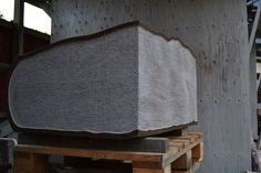 Detalje, bogsider. rød granit. 80 x 60 x 42 cm.