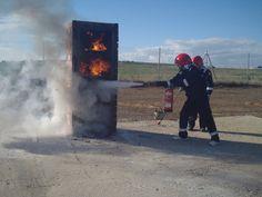 Práctica extinción de incendios en foco vertical con extintor de polvo