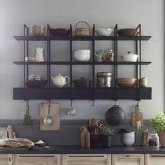 FALSTERBO wandplank Twee van deze wand opbergers voor boven de keuken, handig maar versterkt de industriële look, door er houten schalen, snijplanken aan op te hangen krijg je de juiste mix tussen natuurlijk en industrieel