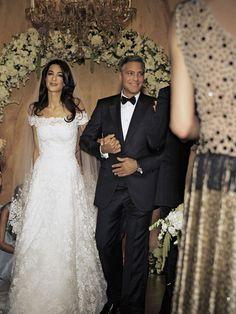 Amal Clooney wearing Oscar de la Renta at her 2014 wedding to George Clooney Celebrity Wedding Photos, Celebrity Wedding Dresses, Wedding Dresses Photos, Celebrity Weddings, Famous Wedding Dresses, Celebrity Portraits, Celebrity Babies, Amal Clooney Wedding Dress, George Clooney Wedding