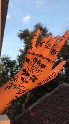 Henna Tattoo Hand, Rebellen Tattoo, Skeleton Hand Tattoo, Cute Hand Tattoos, Dainty Tattoos, Pretty Tattoos, Mini Tattoos, Finger Tattoos, Body Art Tattoos