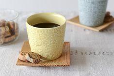雑貨のような可愛らしさ。BIRDS'WORDSのマグカップ。鳥や花をモチーフとした陶器のブローチなど、ステキな作品をつくる「BIRDS'WORDS」から4色のマグカップが新登場!  陶器作家・伊藤利江さんが「鳥たちが心地よい言葉を奏で、作品が体を通して心に伝わるように」と、想いをこめて創作されています。  長崎・波佐見でつくられている磁器のカップ。お茶を飲んだりデザートを盛りつけたりはもちろん、インテリアのアクセントにもお使いいただける雰囲気があります。しっとりと手に馴染むパターン模様。 こちらは柔らかな