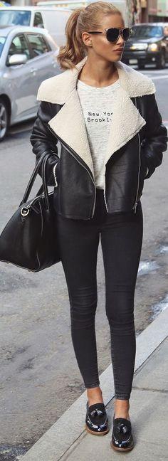 8 Ideias de looks para testar antes que o inverno termine. Jaqueta de couro com forro de lá, pelo de carneiro, calça skinny, mocassim preto, t-shirt gráfica