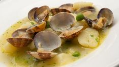 Potato with clams and peas recipe , Ingredients people): 3 potatoes 500 g clams 150 g peas (shelled) 1 chive 4 garlic cloves 50 ml txakoli 1 l hake broth extra virgin olive oil salt p. Pea Recipes, Potato Recipes, Cooking Recipes, Healthy Recipes, Tapas, Spanish Food, Spanish Recipes, Stuffed Shells, Clams