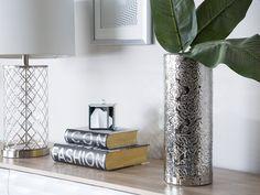 Ein echter Hingucker für eine außergewöhnliche Dekoration ist diese Vase in modernem Design. Sie hat ein filigranes Muster und wirkt mit der silbernen Metall-Optik edel und elegant - mit und ohne frisch duftenden Blumen. Elegant, Glass Vase, Vintage, Home Decor, Products, Vase Of Flowers, Contemporary Design, Ad Home, Dekoration
