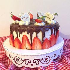 olles *Himmelsglitzerdings*: Erdbeertörtchen mit weißer Schokoladen-Frischkäsecreme und Pralinen (Werbung)