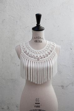 Light ecru fringed crochet collar with light pink jewel charms. Thread: 100% rayon. It´s tied with a satin ribbon. Hand wash. Please see