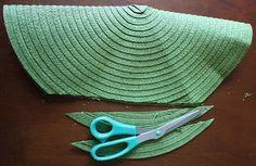 Today's Tutorial: Placemat Clutches Diy Cut down sides to made them make a clutch from placements Diy Clutch, Diy Purse, Clutch Purse, How To Make Purses, How To Make Handbags, Bag Crochet, Crochet Purses, Diy Bags Easy, Easy Gifts To Make