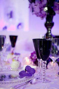 Ultra Violet es un tono muy glam para un salón de bodas. Olive Juice Studios Photography.