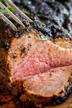 If you've never had tri tip, you haven't lived! I will show you how to cook tri tip on the grill or in the oven; it's SO easy and the flavor is unbeatable! Tri Tip Oven, Oven Roasted Tri Tip, Tri Tip Grill, Beef Tri Tip, Tri Tip Rub, Easy Roast Beef Recipe, Cooking Roast Beef, Roast Recipes, Grilling Recipes