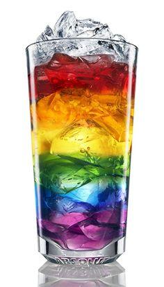 Rainbow Bebe. Congelar hielo de colores, añadir al vidrio en capas. Llene un vaso con 7 Up o SpriteRainbow with Ice