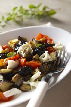 Si son fanáticos de la comida mediterránea como yo (¡todo es tan rico!) esta ensalada es para ustedes. La última navidad compartimos con personas vegetarianas, por lo que ademas de la comida de sie… Greek Recipes, Light Recipes, Veggie Main Dishes, Vegetarian Recipes, Healthy Recipes, Easy Meals, Food And Drink, Veggies, Yummy Food