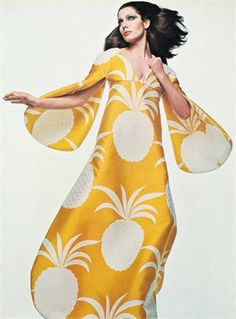 would wear this vintage pineapple print caftan to every summer party {Gian Paolo Barbieri 1969 Vogue Italia} Moda Fashion, 1960s Fashion, Fashion Week, Vintage Fashion, Womens Fashion, Vogue, Style Année 60, Vintage Dresses, Vintage Outfits