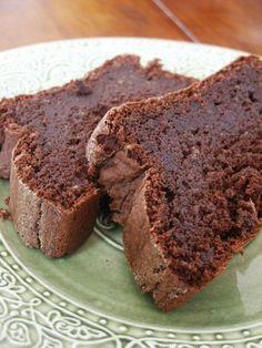 LE gâteau au chocolat sans beurre et avec de la crème allégée, des blancs d'oeufs battus, et de la poudre d'amande