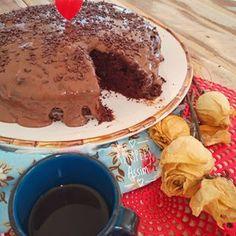 Para celebrar a chegada de mais uma sexta , nada como um bolinho gostoso e saudável, como esse de chocolate sem glúten.Que tal? Venha pegar a receita lá no Simples Assim e deixe sua sexta mais doce: www.sosimplesassim.com.br #glutenfree #semgluten #bolodechocolate #bolosaudavel #amobolo #cakelovers #chocolatecake #tgif #blogsosimplesassim #lyliadiogenes #recipeoftheday #receitassaudaveis Bolo Fresco, Chocolate Fondue, Bolo Chocolate, Tiramisu, Quiche, Low Carb, Gluten, Pudding, Ethnic Recipes