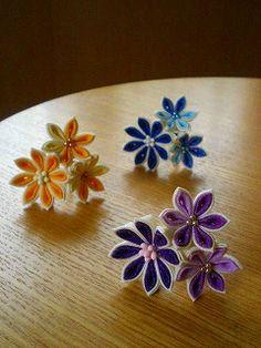 小花3つのUピン、出来上がり。  紫、黄色、青(イナバウアー^^) どれも、濃淡の組み合わせになってます。  私と子供達の3人で、「どの色...