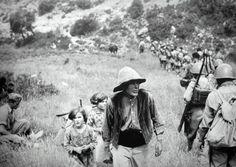 Tropas republicanas van hacia la Batalla del Ebro. Se cruzan con un payés y su familia.