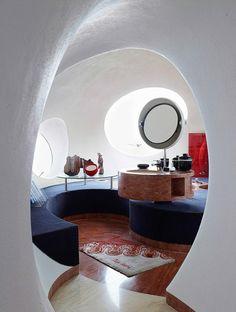 Tout l'été, Madame Figaro vous invite à des visites ultra-privées au cœur de demeures mythiques. Cette semaine, direction l'Estérel, sur les hauteurs de Cannes, où trône l'incroyable édifice de Pierre Cardin. Tout y est rond, du sol au plafond. Lunaire !