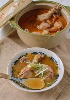 Taiwanese Sesame Oil Chicken Soup (台湾麻油鸡汤) recipe by the Woks of Life Healthy Chicken Soup, Vegetarian Chicken, Chicken Soup Recipes, Chinese Chicken Soup Recipe, Herbal Chicken Soup, Herb Soup, Recipe Chicken, Sesame Oil Chicken, Confinement Food