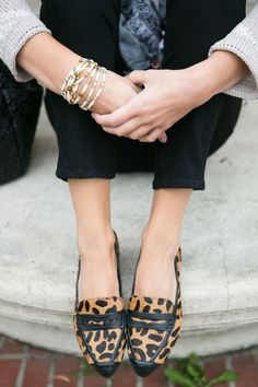 Animal print loafers, black chino and gold bracelets... Glam!.